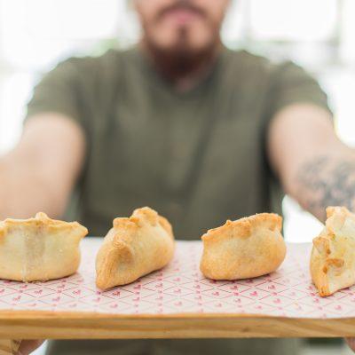 Disfrutar de unas deliciosas empanadas en Pani Asuncion